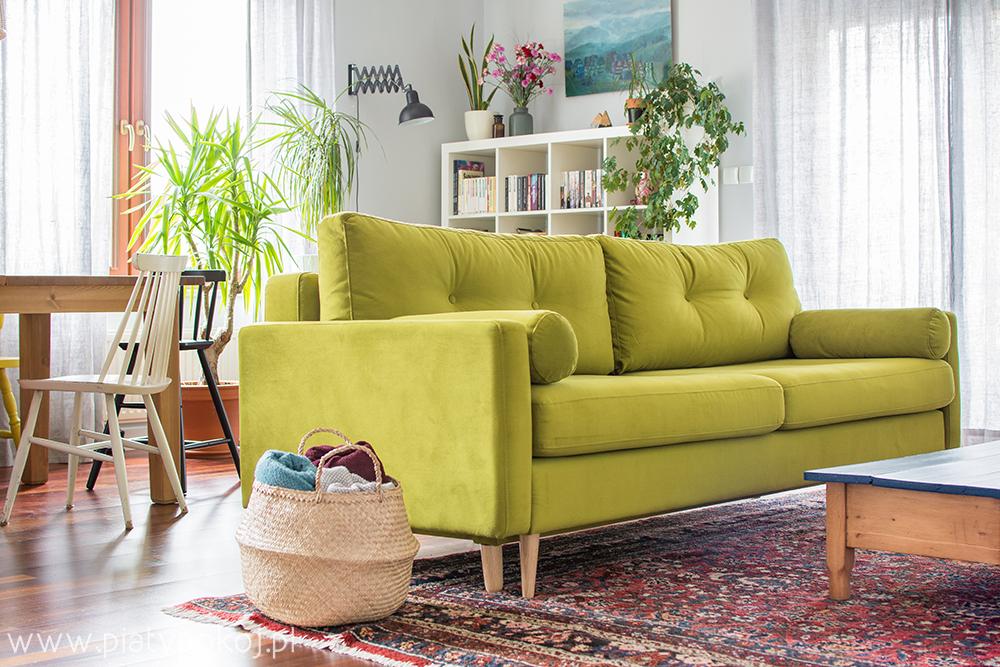 Zielona sofa w salonie