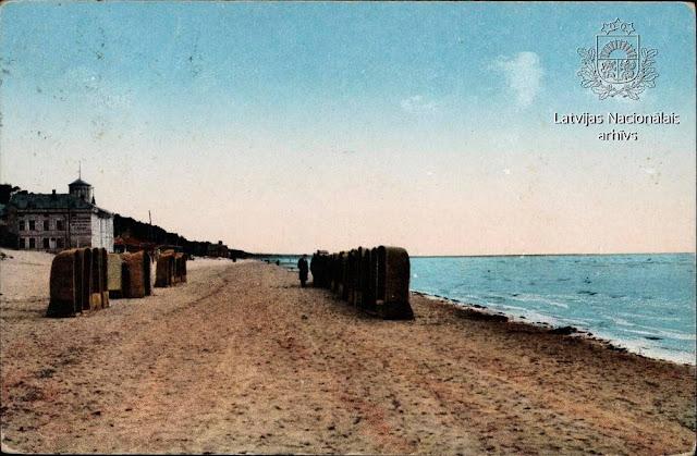 1920 год. Pītie atpūtas krēsli-grozi pludmalē Majoros. На втором плане купальня Эмилии Рацен / Emilijas Rācen Peldu (Dzintara Rubeņa kolekcija)