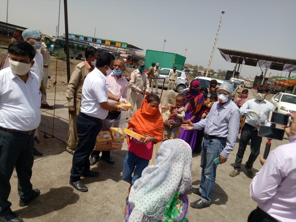 Jhabua News- प्रवासी मजदूरों को भोजन पैकेट एवं बिस्किट वितरित