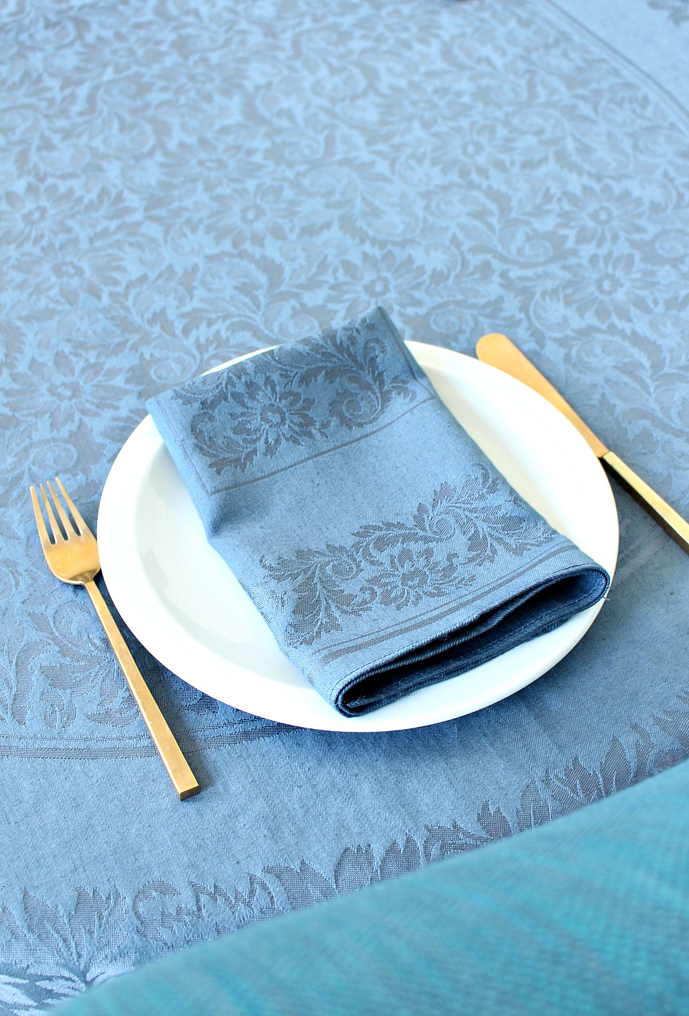 Update dated table linens with dye and breathe new life into old table cloths and cloth napkins // @danslelakehouse