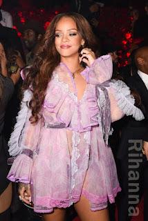 リアーナ(Rihanna)は、ベビードールのディテールを生かした甘くてスイートなイメージのマークジェイコブス(Marc Jacobs)のドレスを着用。