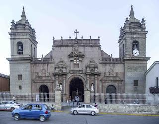 Delincuentes Roban catedral en la plaza mayor de Huamanga