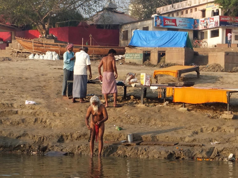 забавный дед-индус принимает утренние водные процедуры