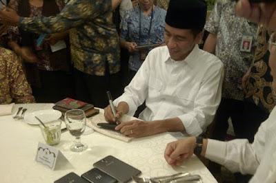 Jokowi Teken PP Pencairan THR dan Gaji ke-13 PNS