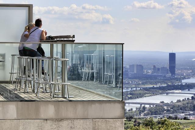 Terasa cu telescoape cu care se poate observa panorama Vienei  - blog FOTO-IDEEA