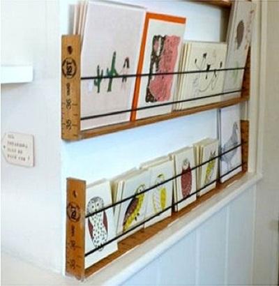 Rak buku yang terbuat dari penggaris kayu