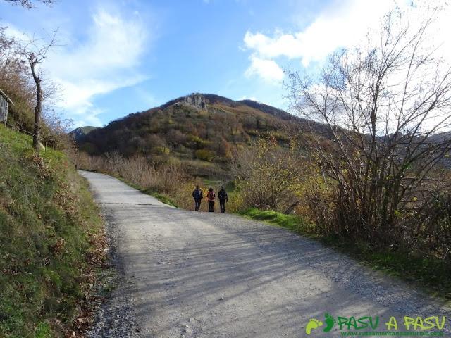 Ruta a Peña Melera y Los Pandos: Desvío en la pista de Felechosa hacia Cuevas