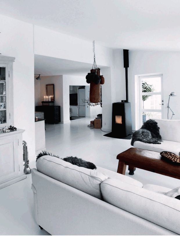 salón con chimenea, en blanco-negro-gris