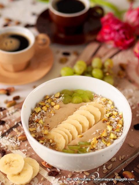 smoothie bowl, koktajl kokosowo kawowy, koktajl bananowy z kawa, kawa zbozowa, inka, kawa z blonnikiem, mleczko kokosowe, banany, sniadanie mistrzow, co na sniadanie, miseczka szczescia, koktajl kawowy