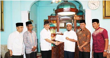 Tim VII Safari Ramadhan Pemko Padang Memberikan Bantuan Rp 15 Juta