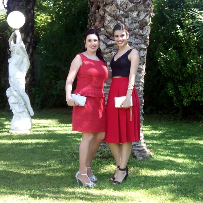 Invitada perfecta boda, comunión. Vestido rojo corto, falda midi color rojo con crop top negro