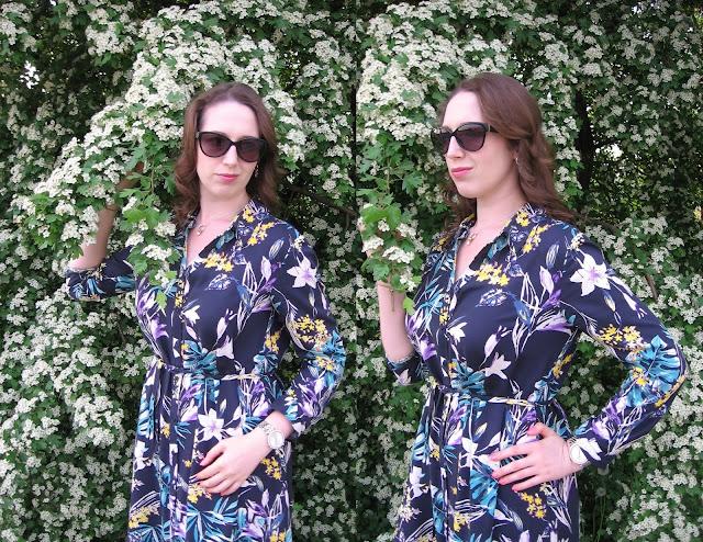 Sukienka w tropikalne kwiaty w stylizacji