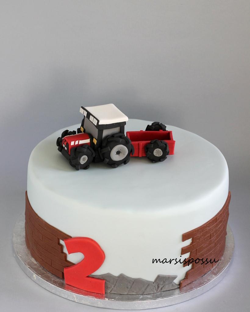 Punainen traktori ja perävaunu