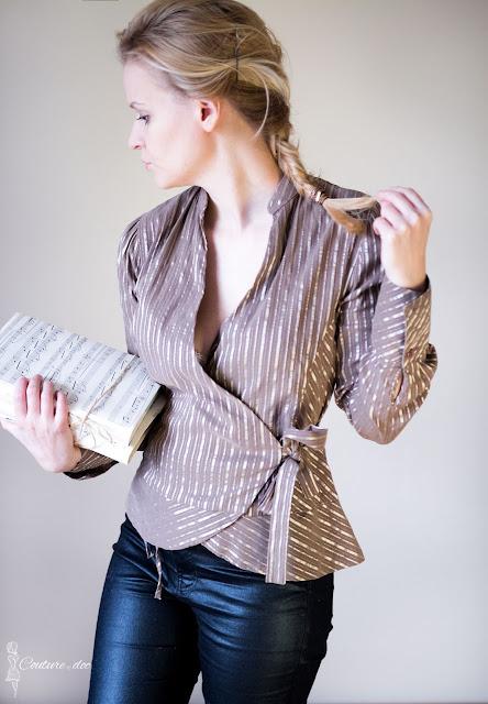 złota bluzka w paski, wiązana z boku na kokardę