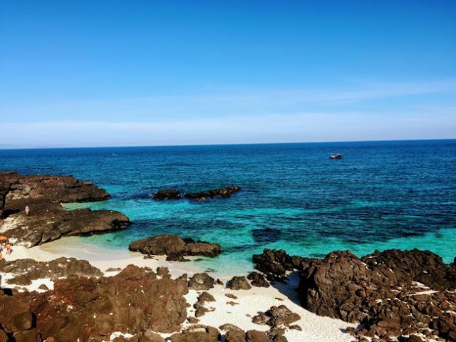 Màu nước biển chia thành các gam màu xanh ngọc, xanh lam rất đẹp mắt.