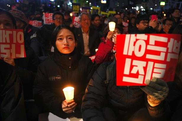 Puluhan Ribu Warga Korea Selatan MENUNTUT Presiden Park Geun-hye MUNDUR : kabar Terbaru Hari Ini