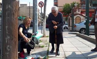 «Δεν θα ξαναβγώ να πουλήσω παντοφλάκια»: λέει η 90χρονη που συνελήφθη και κρατήθηκε 12 ώρες