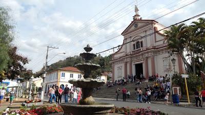 Nas escadarias do Santuário do Senhor Bom Jesus as pessoas descansam.