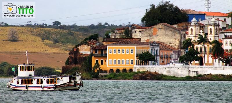 Rio São Francisco e uma das embarcações que liga Alagoas a Sergipe, em Penedo e Neópolis