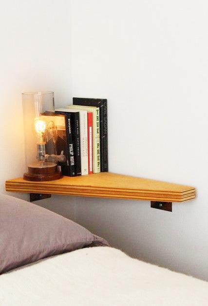 solution gain de place pour la chambre table de chevet étagère coin