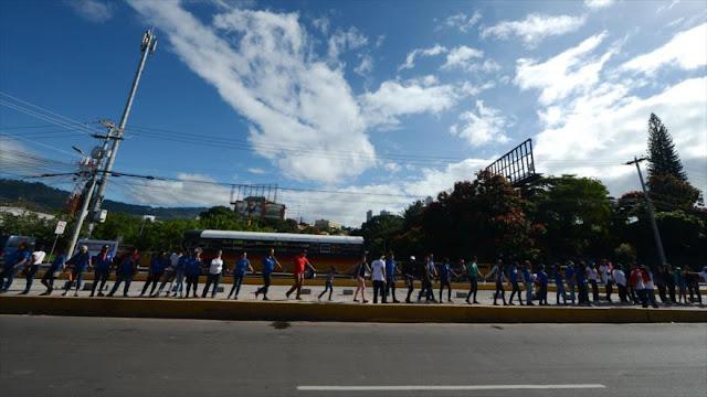 Miles de hondureños piden cese de violencia en cadenas humanas