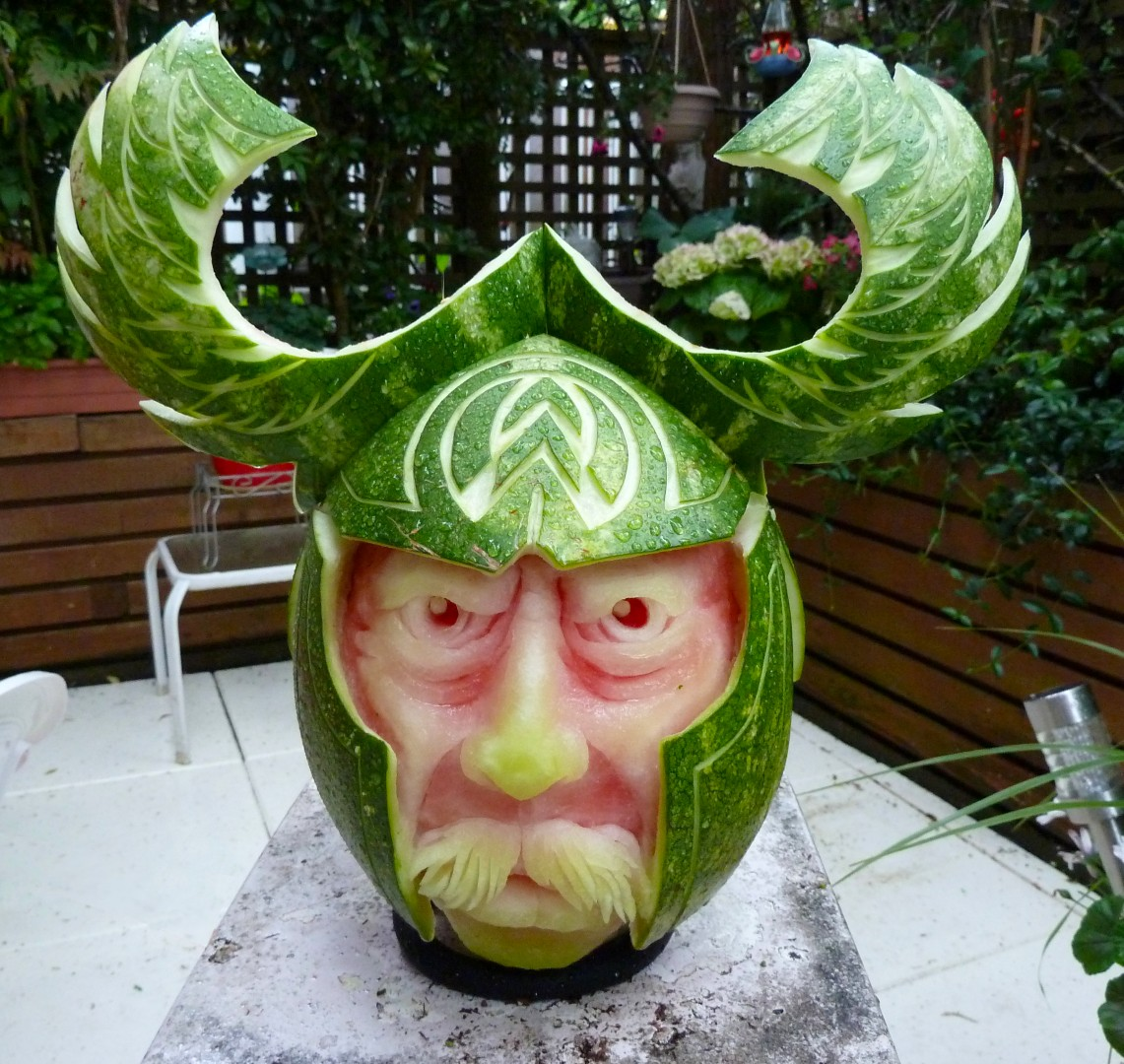 ===El arte comestible=== Viking-watermelon-carving