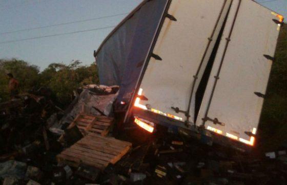 Caminhão perde controle, colide com mais 4 e deixa uma pessoa morta na BR-116