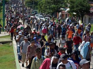 Tapachula, México.- Más de 1.200 migrantes, en su mayoría centroamericanos, comenzaron este sábado su caminata por el sureste de México tras pasar dos meses varados en el estado de Chiapas. Aunque la mayoría de migrantes llevaban alrededor de dos meses parados en Tapachula, otros permanecían en la estación migratoria siglo 21 de la ciudad de Suchiate, fronteriza con Guatemala.