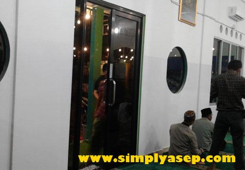 SEPERTI DALAM KAPAL :  Bagian dalam Masjid Kapal ini memang menyerupai kabin sebuah sebuah Kapal sesuai dengan nama masjidnya.  Foto Asep Haryono