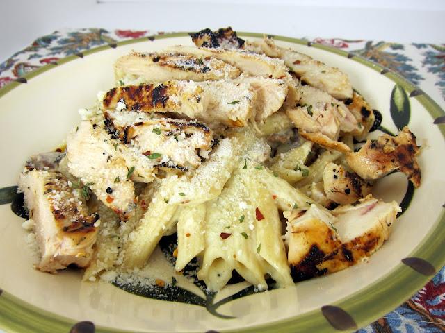 Pollo Tocino Pasta - pollo y bacon a la parrilla servido sobre una salsa de queso cremoso - la mejor pasta que he tenido. En serio mejor que puedes encontrar en cualquier restaurante. Puede hacer que el pollo adelante y recalentar.
