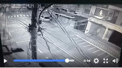 Vídeo do acidente do motociclista que bateu em carro estacionado em Registro-SP