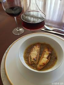 sopa-de-cebolla-servida-con-pan-y-queso-gratinado-al-horno