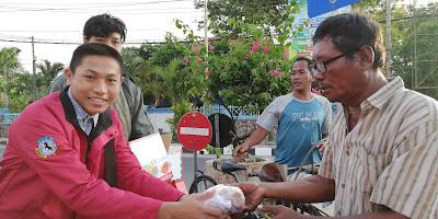 Anggota Rumah Rotan membagikan Takjil Buka Puasa di Perempatan Gor Tuban