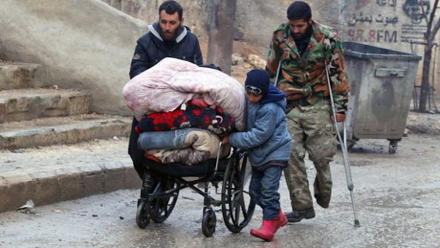 Sementara anak laki-laki ini ikut membantu upaya pengungsian ke tempat yang aman sebagai antisipasi atas serangan akhir dari pasukan pemerintah Suriah untuk merebut wilayah yang masih dikuasai kelompok pemberontak.