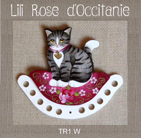 Tri-fils bois peint, joli chat gris sur coussin pourpre à fleurs. Broderie et point de croix