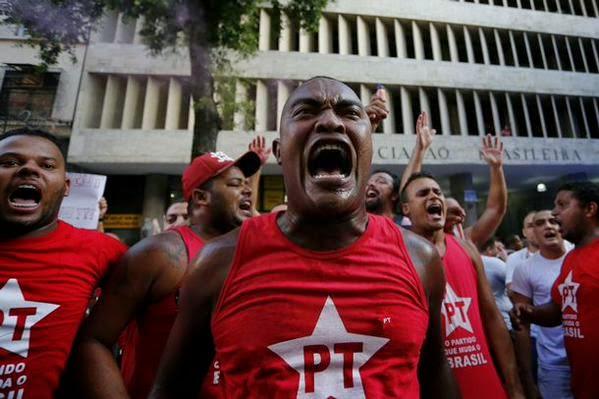 Resultado de imagem para petistas protestam em brasilia e tocam fogo