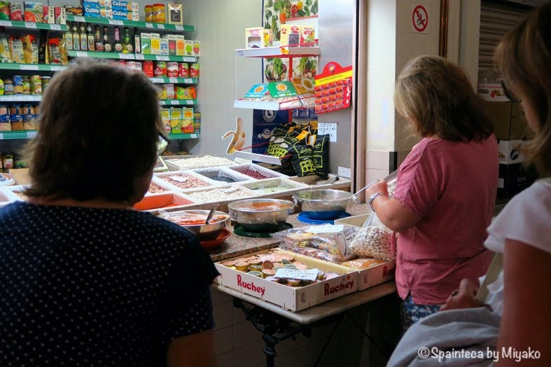 La Granja de San Ildefonso ラ·グランハ·デ·サン·イルデフォンソの市場で買い物をする主婦