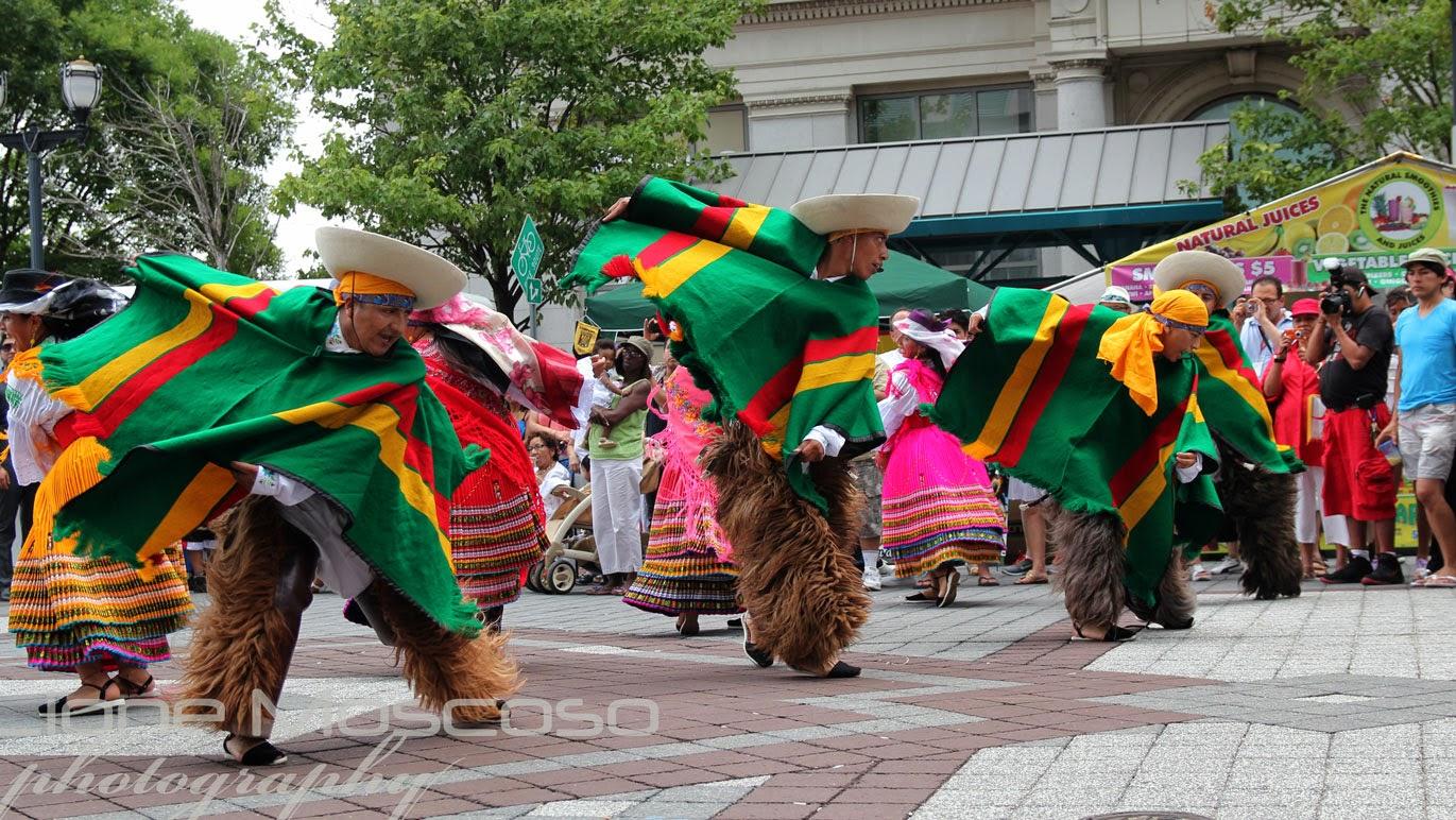 Grupos representates de la danza tradicional ecuatoriana participando en el festival del folklore latinoamericano.