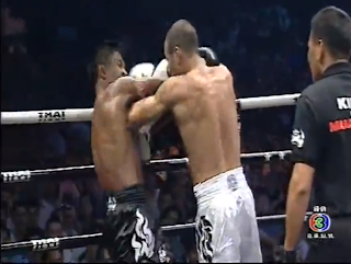 Buakaw's elbow threw at his opponent