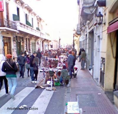 Oferta de artesanías y antigüedades en sector histórico de Buenos Aires
