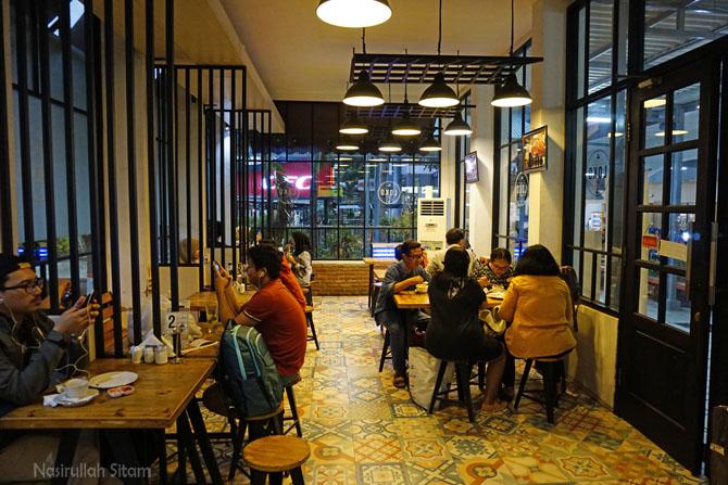 Suasana Loko Coffee Stasiun Gubeng lebih asyik
