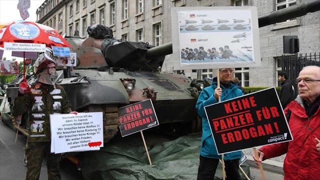 Alemanes protestan con un tanque por la venta de armas a Turquía