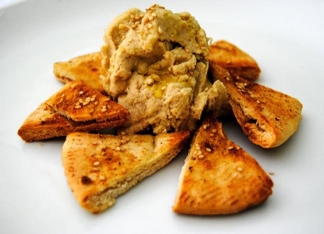 Humus o Hummus con Pan de Pita Especiado Crujiente. Receta