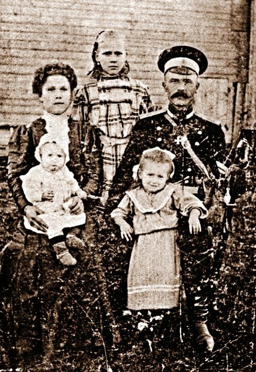 Прадед Цоя Филимон Алексеевич Гусев с женой Агафьей Антоновной и дочерью Екатериной