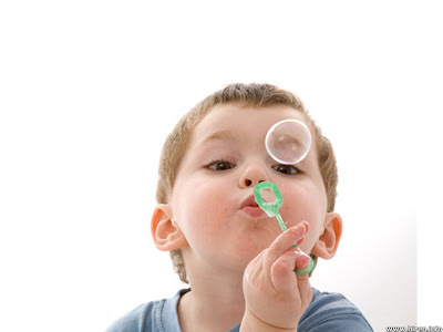 https://i1.wp.com/2.bp.blogspot.com/-wLSpEW7G5d4/TYkJWm-IxfI/AAAAAAAAABo/fPm6OISGFYI/s400/child-playing-with-bubbles.jpg