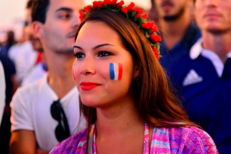 Ngắm những fans nữ xinh đẹp cổ đội tuyển Pháp trong trận gặp Honduras