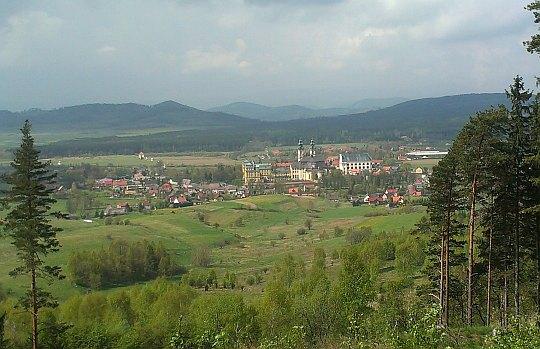Widok na Krzeszów z Góry Świętej Anny.