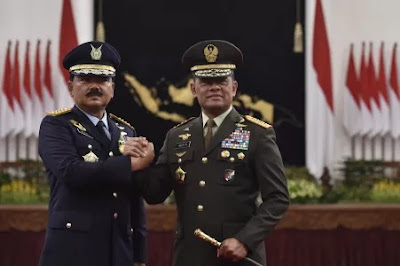The inauguration of TNI Commander Marshal Hadi Tjahjanto shook hands with Gatot Nurmantyo