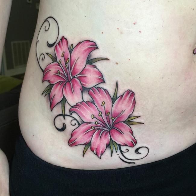 foto de la cadera de una modelo, lleva un tatuaje muy bonito