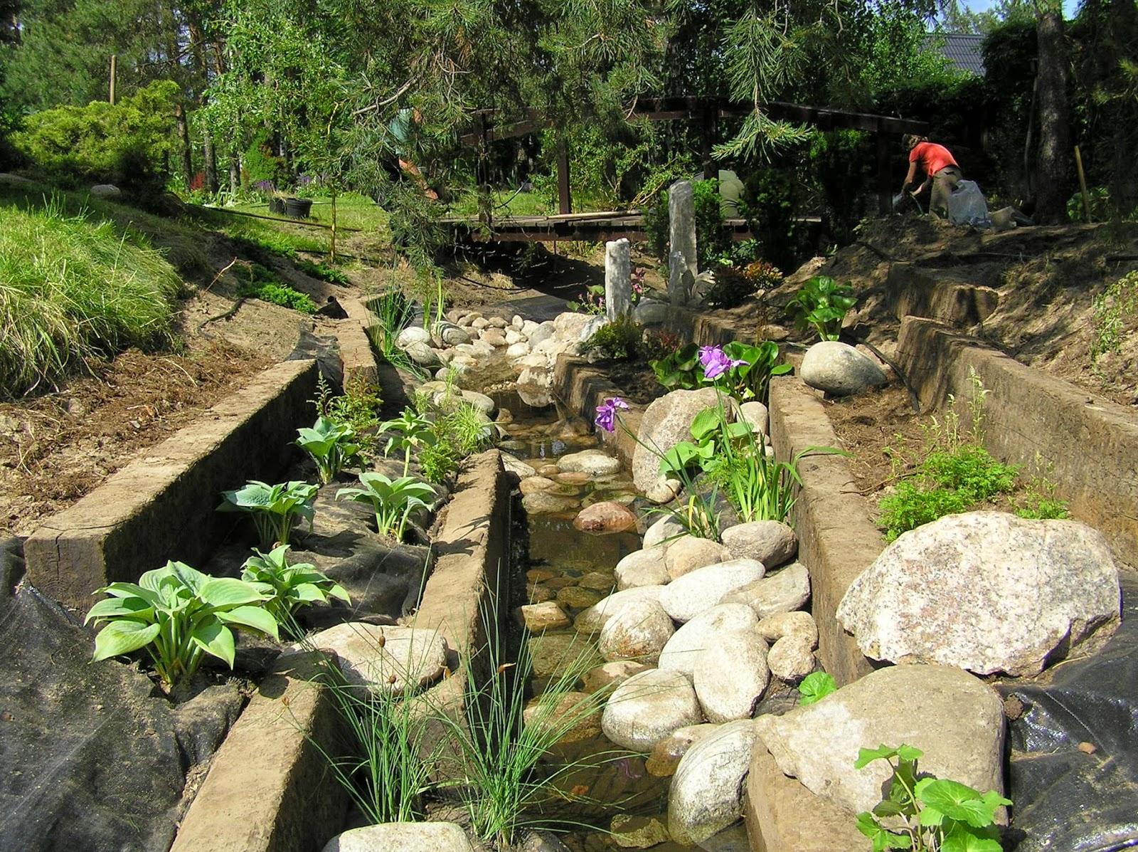 budowa strumienia w ogrodzie